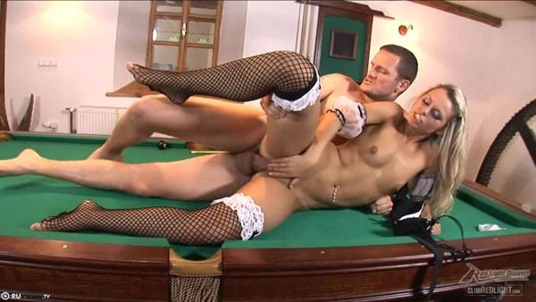 Сексуальная горничная трахается с дружком на бильярдном столе