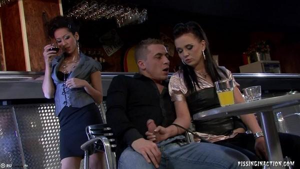 Мужчина трахается с гламурными сучками в баре