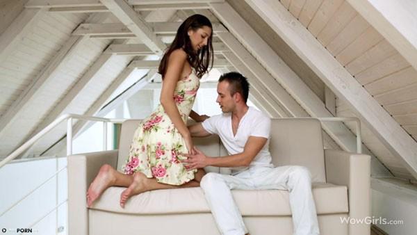 Красивый диванный секс в светлой комнате