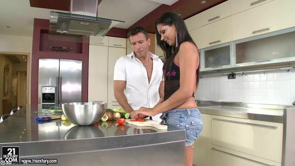 Cipriana в вагинальной порнухе на кухне