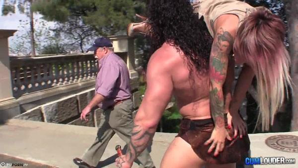 Мускулистый самец несет трахать татуированную девушку