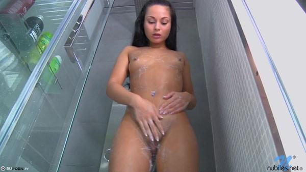 Вот так девушка принимает душ
