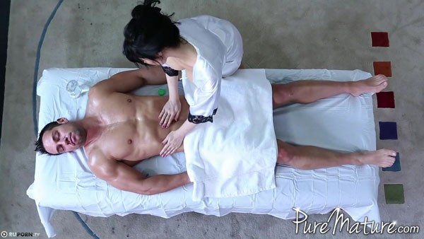 Грудастая красотка трахается на постели с мужчиной мечты