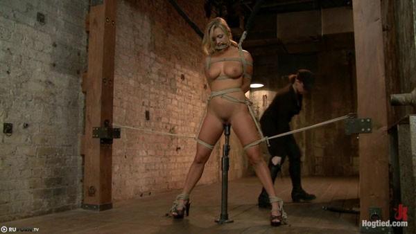 Связанная девушка в сексуальном рабстве