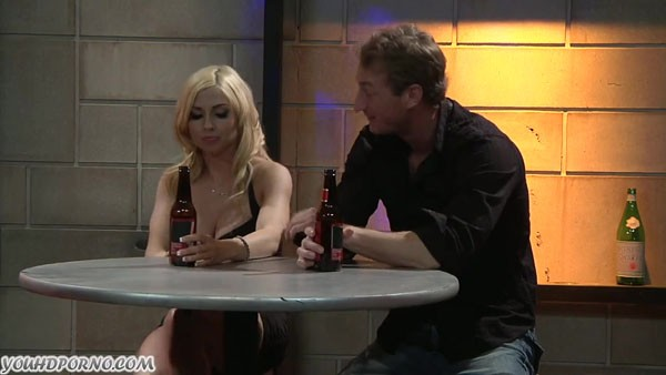 Блондинка перепихнулась с новым знакомым в баре
