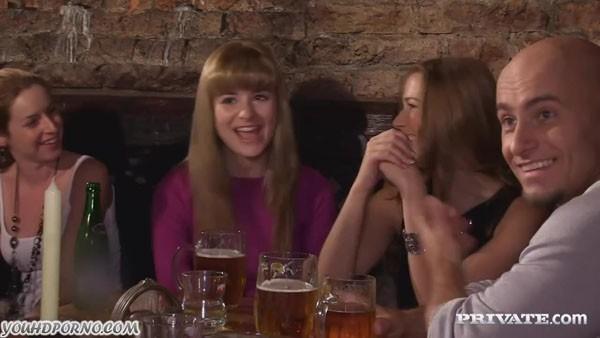 Две сестры сосут у лысого мужика в баре