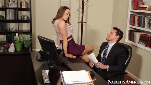 Сексапильная секретарша раздвинула ножки перед начальником