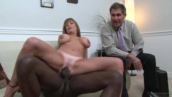 Зрелая дама изменяет мужу с молоденьким негритосом