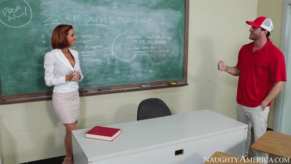 Похотливая преподавательница с большими сиськами в чулках