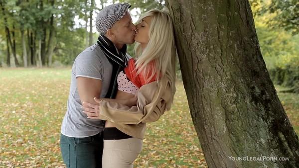 Парнишка трахнулся со своей девушкой в парке