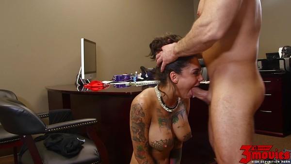 Татуированную сучку жестко трахают в ротик и влагалище
