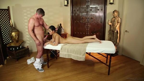 Азиатская красотка пришла в массажный салон