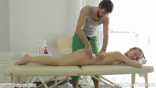 Парень с помощью массажа возбудил русскую девицу