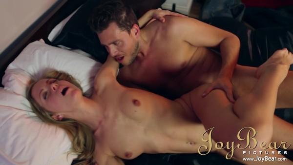 С женственной блондинкой кувыркается на кроватке