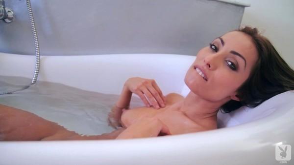 Красавица разделась и улеглась в теплую ванну