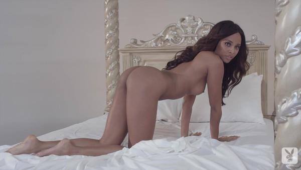 Женственная негритянка показывает голое тело