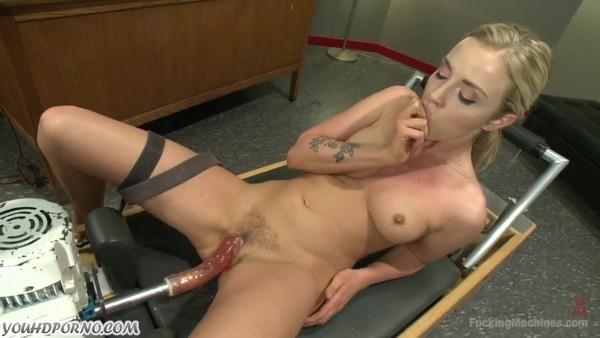 Порно худенькой девушки с целым арсеналом секс игрушек