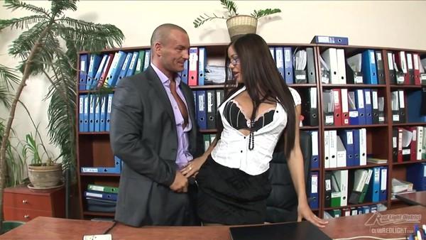 Трах прекрасной секретарши с большими сиськами в черных чулках
